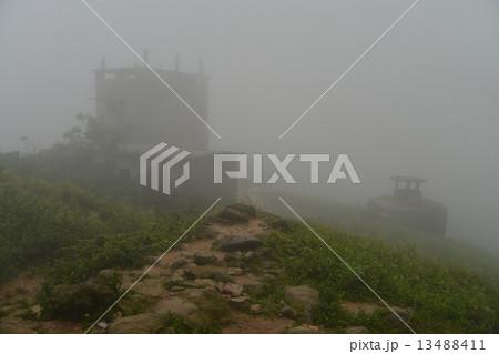 ベトナムダナン ハイバン峠 霧に煙る峠 晴れた日にはここからダナンの町並みを望むことが出来る 13488411