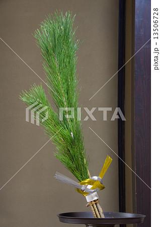床の間の正月松飾り 13506728