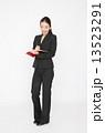 ビジネスウーマン 手帳 人物の写真 13523291