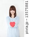 若い女性 バレンタイン  13575881