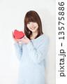 若い女性 バレンタイン  13575886