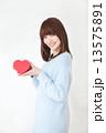 若い女性 バレンタイン  13575891