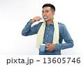 歯磨きをする男性 13605746