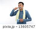 歯磨きをする男性 13605747
