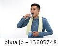 歯磨きをする男性 13605748