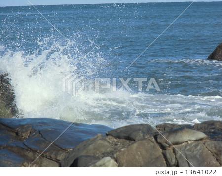 ごつごつした岩にはじけた波が見られる銚子の海岸 13641022