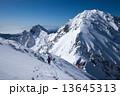 涸沢岳山頂から望む前穂高岳と奥穂高岳 13645313