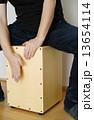 カホン 男性 人物の写真 13654114