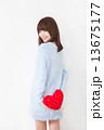 若い女性 バレンタイン  13675177
