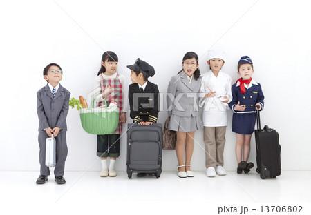 コスチュームを着た子供6人 13706802