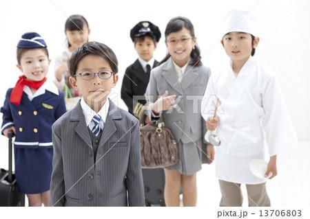 コスチュームを着た子供6人 13706803