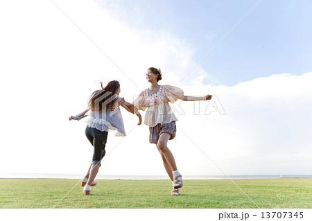 腕を組んで遊ぶ女性2人 13707345