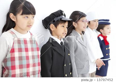 コスチュームを着た子供5人 13707452