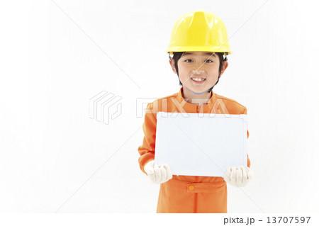 メッセージボードを持つ男の子 13707597