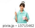 歯磨きのパジャマの女性 13715462