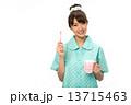 歯磨きのパジャマの女性 13715463