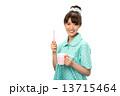 歯磨きのパジャマの女性 13715464
