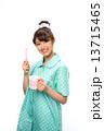歯磨きのパジャマの女性 13715465