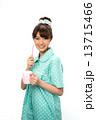 歯磨きのパジャマの女性 13715466