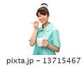 歯磨きのパジャマの女性 13715467