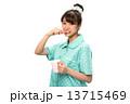 歯磨きのパジャマの女性 13715469