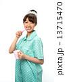 歯磨きのパジャマの女性 13715470