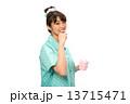 歯磨きのパジャマの女性 13715471