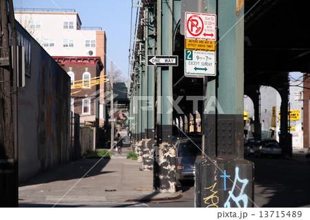 ニューヨークブルックリンの高架下 13715489