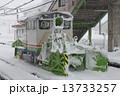 豪雪の無人駅と排雪用モーターカー「ハイモ」 13733257