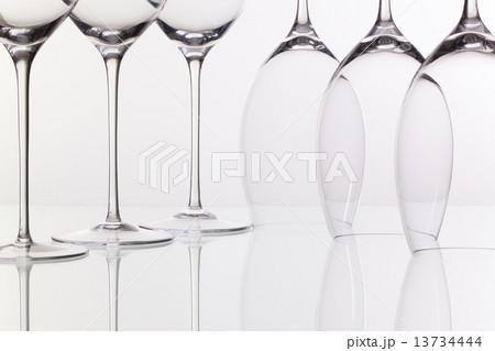 Six wine glasses on a glass deskの写真素材 [13734444] - PIXTA