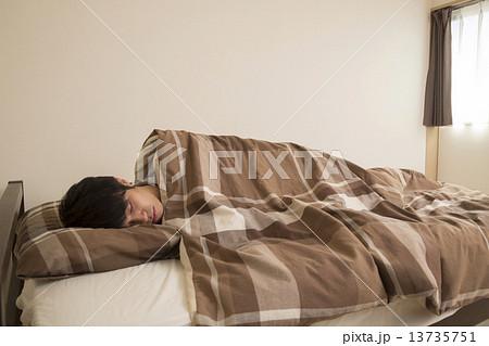 寝ている男性 13735751