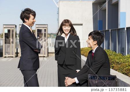 ビジネスイメージ 若い男女3人 13735881