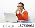 女性 パソコン 外国人の写真 13756968