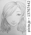 微笑む若い女性の手描きのイラスト 13767442