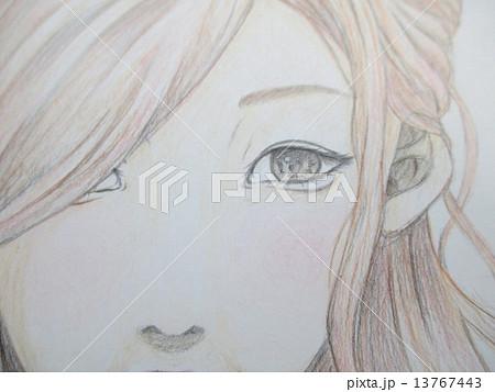 微笑む若い女性の手描きのイラスト 13767443