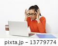 慌てる 女性 パソコンの写真 13779774