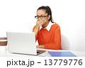 慌てる 女性 パソコンの写真 13779776