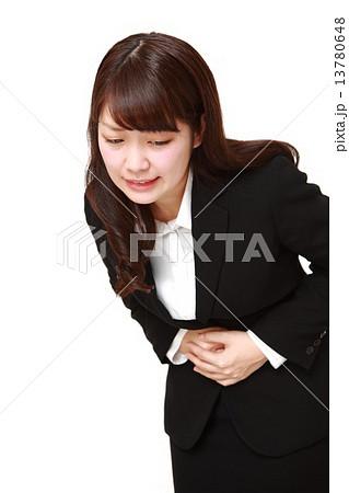 腹痛 胃痛 女性の写真・イラスト素材              1ページ目
