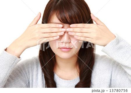 目を覆う女性の写真素材 [13780756] - PIXTA