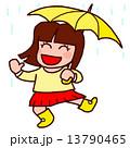 雨の中、楽しい女の子 13790465
