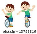 一輪車に乗る男の子 13796816