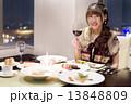 フランス料理店でデートを楽しむ女の子 13848809