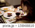ディナー レストラン 女性の写真 13848810