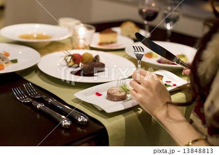 フランス料理店でデートを楽しむ女の子 13848813