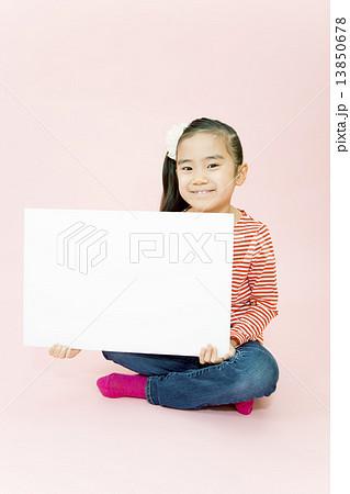 メッセージボードを持つ女の子 13850678