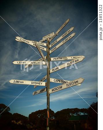 オーストラリア 世界各都市までの距離と方角を示した標識 13851322