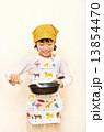 料理をする女の子 13854470
