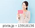 バースデーカードを持つ女性 13918136