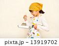 料理をする女の子 13919702