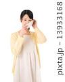 マスクをつける若い女性 13933168